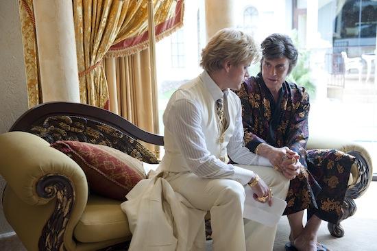 Scott Thorson (Matt Damon) ja Liberace (Michael Douglas) ruotivat suhdettaan.